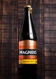 Fles de Originele Ierse Cider van Magners op houten achtergrond Royalty-vrije Stock Foto's