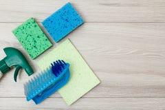 Fles detergens, microfiber servet, sponsen en synthetische borstel voor het schoonmaken stock afbeelding