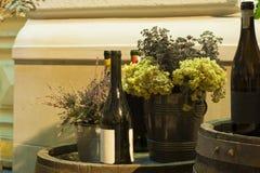 Fles die rode wijn zich op een vat bevinden Royalty-vrije Stock Afbeeldingen