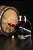 Fles droge rode wijn met een glas royalty-vrije stock afbeeldingen