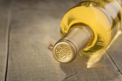 Fles droge witte wijn Stock Afbeelding