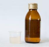 Fles en beker met geneeskunde Royalty-vrije Stock Foto