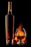 Fles en glas cognac royalty-vrije stock afbeeldingen