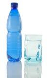 Fles en glas mineraalwater Royalty-vrije Stock Fotografie
