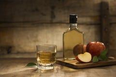 Fles en glas natuurlijk appelsap en secties van appel stock afbeelding