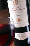 Fles en glas rode wijn Stock Afbeeldingen
