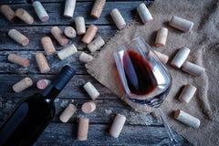 Fles en glas rode wijn Stock Foto