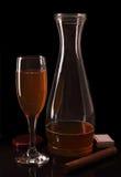 Fles en glas wijn. Sigaar en gelijken. Stock Foto's