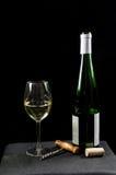Fles en glas witte wijn met utensiles Stock Fotografie