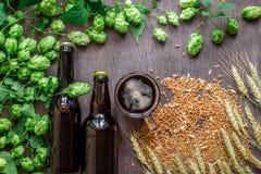 Fles en Glasbier met Tarwe en Hop als het Brouwen van ingrediënten op hoogste mening en exemplaar ruimtegebied stock afbeelding