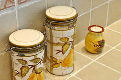 Fles en kruik in keuken Royalty-vrije Stock Afbeelding