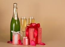 Fles en wijnglazen met champagne, gift drie Royalty-vrije Stock Afbeelding