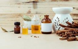 Fles etherische olie voor ayurvedamassage met pijpje kaneel stock afbeelding