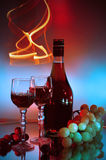 Fles, glas cognac (brandewijn) en druiven stock foto's