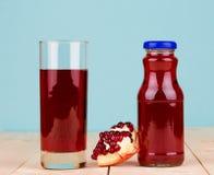 Fles granaatappelsap Stock Afbeelding