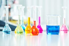 Fles in het onderzoeklaboratorium van de chemieapotheek stock fotografie