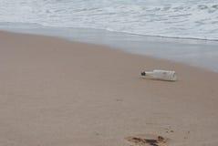 Fles in het overzees Stock Foto