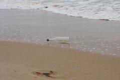 Fles in het overzees Stock Foto's