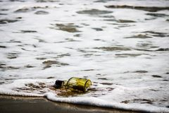 Fles in het strand royalty-vrije stock afbeelding