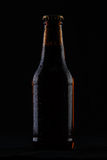 Fles koud bier op zwarte achtergrond Stock Foto