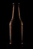 Fles koud bier op zwarte achtergrond Royalty-vrije Stock Foto's