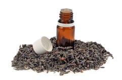Fles lavendeletherische olie op een witte achtergrond royalty-vrije stock foto's