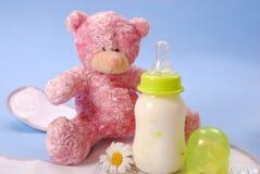 Fles melk voor baby en teddybeer Stock Fotografie