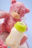 Fles melk voor baby en teddybeer Royalty-vrije Stock Afbeelding