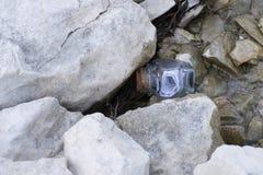Fles met bericht die in meer drijven stock afbeelding