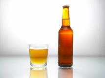 Fles met bier Stock Fotografie