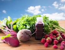 Fles met bietensap, vruchten en groenten Stock Foto's