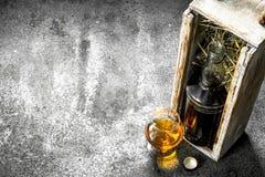 Fles met cognac en een glas stock foto's