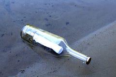Fles met een bericht royalty-vrije stock afbeeldingen