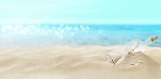 Fles met een bericht op het strand stock fotografie