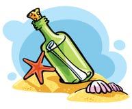 Fles met een bericht op het zand Royalty-vrije Stock Afbeeldingen