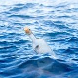Fles met een brief in het overzees Royalty-vrije Stock Foto