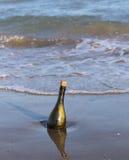 fles met een geheim bericht royalty-vrije stock foto's