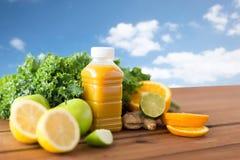 Fles met jus d'orange, vruchten en groenten Royalty-vrije Stock Fotografie
