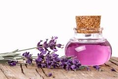 Fles met lavendelessentie Royalty-vrije Stock Afbeeldingen