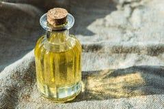 Fles met plantaardige olie Glasfles met olie stock fotografie