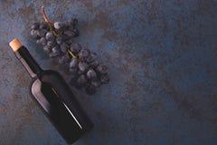 Fles met rode wijn, cork en druiven stock afbeeldingen