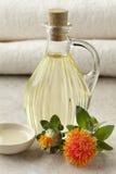 Fles met Saffloerolie Stock Foto's