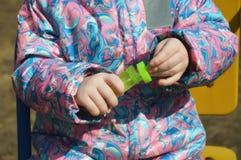 Fles met zeepbels in de handen van een kind stock foto's