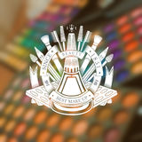 Fles nagellak in rond lint en ander type van materiaal en schoonheidsmiddelen erachter Silhouetetiket in het centrum van blurre Royalty-vrije Stock Fotografie