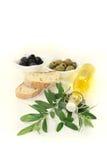 Fles olijfolie met olijven en tak Stock Afbeeldingen