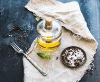 Fles olijfolie met verse basilicum en kruiden Royalty-vrije Stock Afbeelding