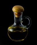 Fles olijfolie op de zwarte achtergrond stock afbeeldingen