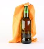 Fles op een witte achtergrond met een sjaal wordt geïsoleerd die Stock Foto