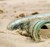 Fles op het strand Stock Foto