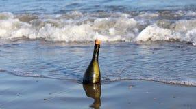 fles op het strand met een bericht royalty-vrije stock foto's